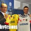 À gauche, le président du groupe Tech Pro Technology, Wing Sang Li, présentant le nouveau maillot du FCSM