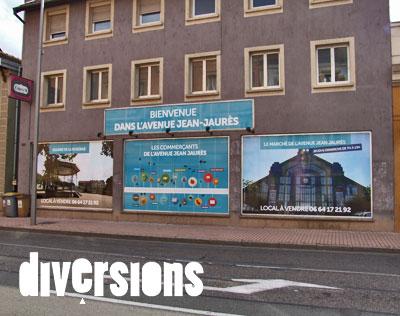 En attendant que les locaux commerciaux de l'avenue Jean-Jaurès retrouvent des locataires, les vitrines de plusieurs boutiques retrouvent une seconde jeunesse grâce à plusieurs affiches