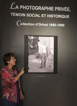 Véronique de Grivel devant la collection de photographies familiale