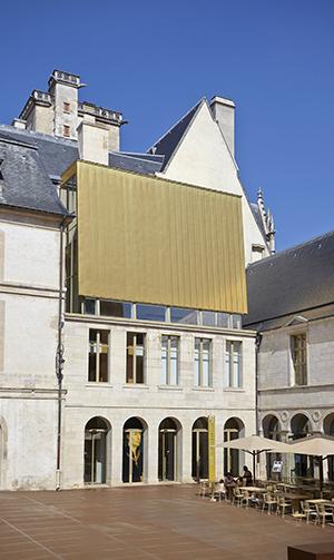 Toit doré dans la cour de Bar - Photo : musée des Beaux-Arts de Dijon/F. Jay