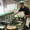 Geoffrey Viennet en pleine préparation de plat chez My Wok Besançon
